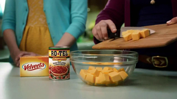 Velveeta and Ro-Tel Queso Dip TV Spot, 'Sharing' - Thumbnail 8