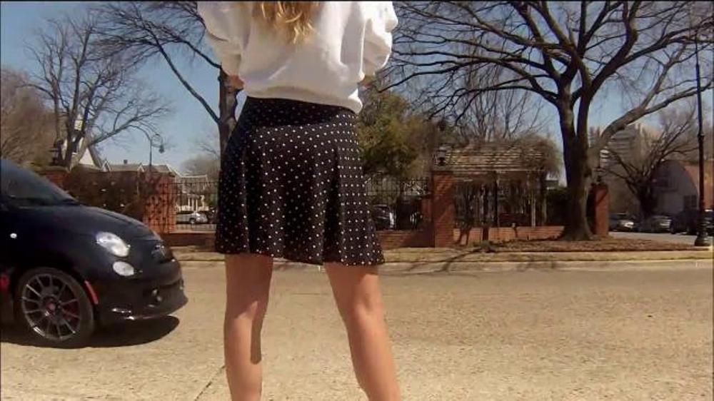 фото девушка снимает юбку