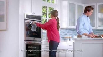 Frigidaire Double Wall Oven TV Spot, 'Matthew's Super-Mom' - Thumbnail 6