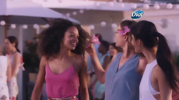 Dial Hibiscus Water Body Wash TV Spot, 'Seres queridos' [Spanish] - Thumbnail 6