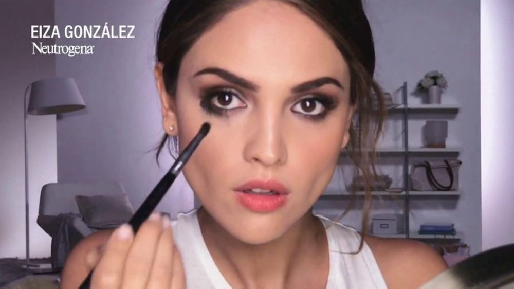 Neutrogena Towelettes TV Commercial, 'Fire Alarm' Featuring Eiza González
