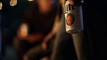 Miller Lite TV Spot, 'Night Lite SL' canción de Welshly Arms [Spanish]